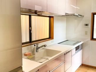 キッチンリフォーム 掃除がしやすくて使い勝手の良い、かわいい色合いのキッチン